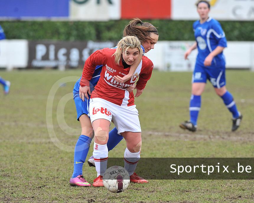 AA Gent Ladies - RAEC Mons : Jassina Blom in duel met Vanessa Keckhofs (rood).foto Joke Vuylsteke / Vrouwenteam.be