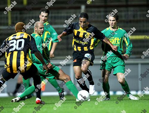 2008-08-23 / Voetbal / Lierse - Wetteren / Wisdom Agblexo (30) kijkt toe hoe Abdel Wahed zich een weg baant door de Wetterse verdediging..Foto: Maarten Straetemans (SMB)