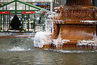 NOVA YORK, EUA, 11.01.2019 - CLIMA-EUA - Vista da fonte do Bryant Park na ilha de Manhattan na cidade de Nova York nos Estados Unidos nesta sexta-feira, 11. A temperatura está com mínima de -6 e máxima de -1. (Foto: Vanessa Carvalho/Brazil Photo Press)