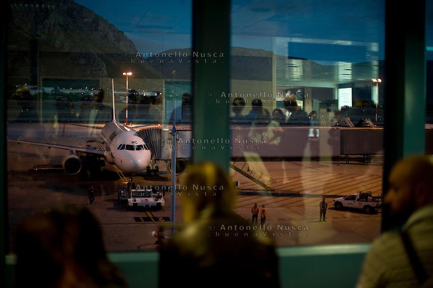 Palermo, Aeroporto Punta Raisi. Passeggeri in attesa di imbarcarsi su un aereo