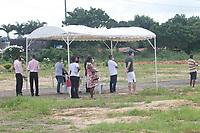 Recife (PE) 06/05/2020 - Covid-19-Recife -  Imagem desta quarta (6) de mais um sepultamento, rapido e com os parentes distantes, de uma vitima da Covid - 19, no Cemiterio Parque das Flores, bairro de Tejipio no Recife. O Estado de Pernambuco e um dos mais atingidos do Nordeste, ate o momento, mais de nove mil casos ja confirmados da Covid-19, chegando proximo de seis mil casos graves, com mais de 700 mortes. O Governo do estado deve aderir ao lockdown e restringir o numero de pessoas circulando nas ruas, Pernambuco ja tem 99% dos leitos de UTI's ocupados e este motivo pode vir a gerar o lockdown (um bloqueio e um protocolo de emergencia que geralmente impede que pessoas saiam de uma area). (Foto: Pedro De Paula/Codigo 19/Codigo 19)