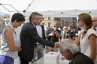 Roma 29 Agosto 2012.Largo Argentina.Raccolta firme per 8 Referendum sul miglioramento di  Roma .Campagna Roma si Muove.Il ministro Fabrizio Barca con la moglie Clarissa Botsford firma 3 Referendum.