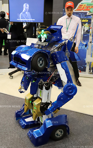 "November 21, 2017, Tokyo, Japan - Japanese robot creator Kenji Ishida of Brave Robotics displays the transformable robot ""J-deite Quarter"" which can change its shape of a robot to a vehicle at the ""Softbank Robot World 2017"" in Tokyo on Tuesday, November 21, 2017. Softbank's subsidiary Asratec and Brave Robotics have plan to launch a 4m tall transformable human ride robot ""J-deite RIDE"".     (Photo by Yoshio Tsunoda/AFLO) LWX -ytd-"