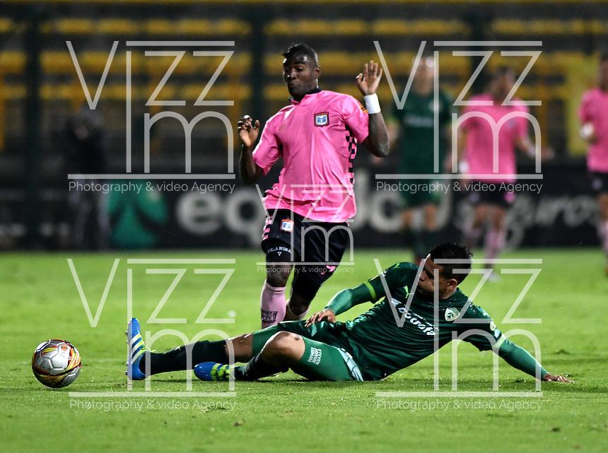 BOGOTA - COLOMBIA -21 -10-2016: Oliver Fula (Der.) jugador de La Equidad disputa el balón con Jhon Riascos (Izq.) jugador de Boyaca Chico FC, durante partido entre La Equidad y Boyaca Chico FC, por la fecha 17 de la Liga Aguila II-2016, jugado en el estadio Metropolitano de Techo de la ciudad de Bogota. / Oliver Fula (R) player of La Equidad vies for the ball with Jhon Riascos (L) player of Boyaca Chico FC, during a match La Equidad and Boyaca Chico FC, for the  date 17 of the Liga Aguila II-2016 at the Metropolitano de Techo Stadium in Bogota city, Photo: VizzorImage  / Luis Ramirez / Staff.