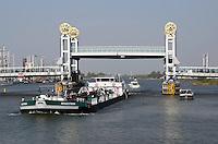 Schip in de IJssel onder de Stadsbrug in Kampen