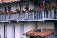 Europe/France/Aquitaine/64/Pyrénées-Atlantiques/Saint-Jean-Pied-de-Port: Vieilles maisons basques sur les bords de la Nive