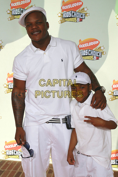 SEAN GARRETT & GUEST.20th Annual Nickelodeon Kids' Choice Awards held at UCLA's Pauley Pavilion, Westwood, California, USA..March 31st, 2007.half length white top polo baseball cap hat .CAP/ADM/CH.©Charles Harris/AdMedia/Capital Pictures