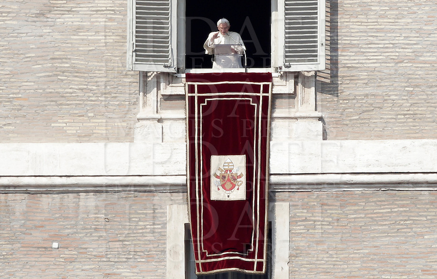 Papa Benedetto XVI recita l'Angelus dalla finestra del suo studio, Piazza San Pietro, Citta' del Vaticano, 17 febbraio 2013..Pope Benedict XVI recites the Angelus prayer from his studio window overlooking St. Peter's square, Vatican, 17 February 2013. UPDATE IMAGES PRESS/Isabella Bonotto -STRICTLY FOR EDITORIAL USE ONLY-