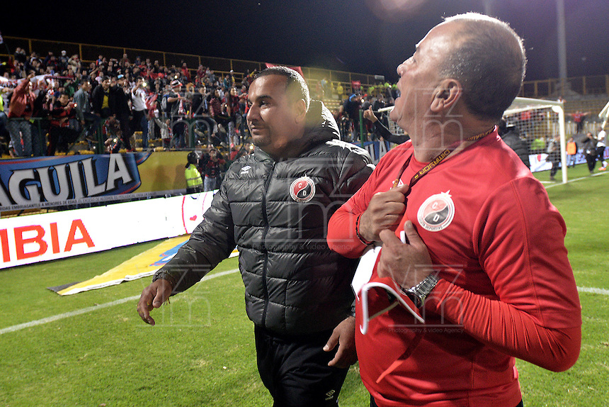 BOGOTÁ -COLOMBIA, 20-01-2015. Alberto Suarez técnico del Cúcuta Deportivo celebra el paso de su equipo a la primera división del fútbol profesional colombiano después del encuentro con Deportes Quindio en la fecha 3 de los cuadrangulares de ascenso Liga Aguila 2015 jugado en el estadio Metropolitano de Techo de la ciudad de Bogotá./ Alberto Suarez coach of Cucuta Deportivo celebrates the passage of his team to the first division of Colombian football after the match against Deportes Quindio on the third date of the promotional quadrangular Aguila League 2015 played at Metropolitano de Techo stadium in Bogotá city. Photo: VizzorImage/ Gabriel Aponte / Staff