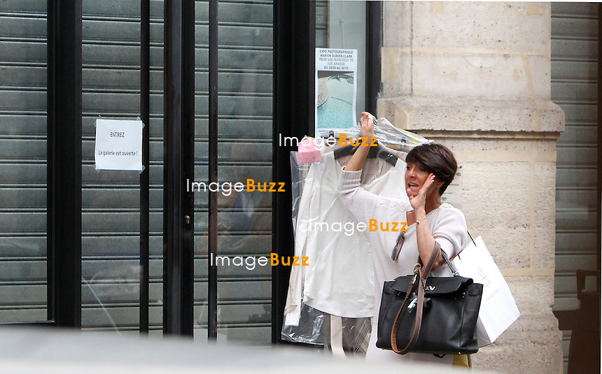 PHOTOS EXCLUSIVES - Florence Foresti et sa fille dans les rues de.Paris, 29 septembre,  2012.