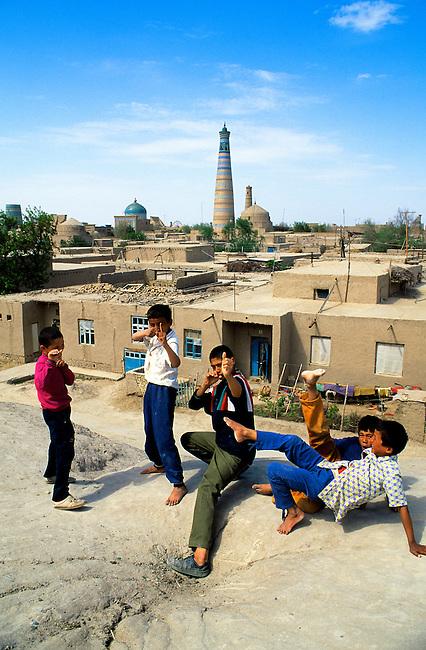 UZBEKISTAN, KHIVA, OLD TOWN, OVERVIEW WITH ISLAMHODJA TOWER, CHILDREN