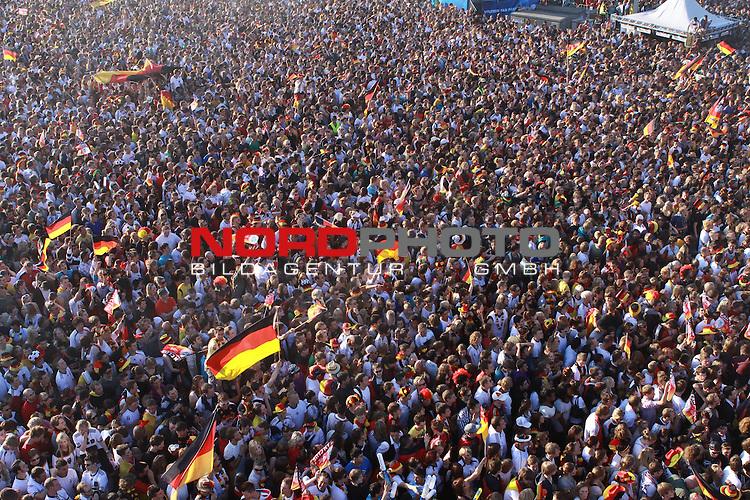 23.06.2010, Heiligengeistfeld, Hamburg, GER, Fifa WM 2010, Public Viewing Deutschland vs. Ghana, im Bild Public Viewing auf Deutschlands auf Hamburgs Fanmeile mit 70.000 Zuschauern bei Deutschland vs. Ghana, Foto &copy; nph / Kohring *** Local Caption *** Fotos sind ohne vorherigen schriftliche Zustimmung ausschliesslich f&uuml;r redaktionelle Publikationszwecke zu verwenden.<br /> <br /> Auf Anfrage in hoeherer Qualitaet/Aufloesung