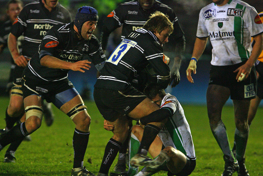 Photo: Andrew Unwin..Newcastle Falcons v Montauban. European Challenge Cup. 17/12/2006..Newcastle Falcons' Mathew Tait (C) in the thick of the action.