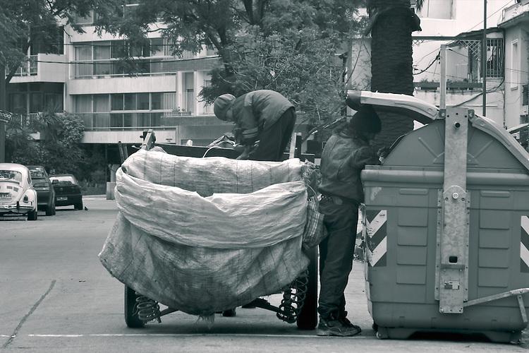 Recolectores y clasificadores informales de basura en Montevideo.  Maestros en reconvertir basura en dinero, los hurgadores en sus carros a caballo resisten a la tenue modernidad de la ciudad, y se fortalecen en la medida de que el Uruguayo se sube al consumismo globalizado.