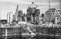 Berlino, quartiere Mitte. Cantiere per la ricostruzione del Berliner Schloss (Castello di Berlino). Nella foto: il Berliner Dom (Duomo), il museo temporaneo Humboldt Box e il canale Spree --- Berlin, Mitte district. Yard for the reconstruction of the Berliner Stadtschloss (Berlin Palace). In the picture: the Berliner Dom (cathedral), the temporary museum Humboldt Box and the Spree canal