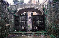 "Milano, la Conca dell'Incoronata (o delle Gabelle) sotto la pioggia. La chiusa è l'unico resto del Naviglio Martesana all'interno del centro storico milanese. Nella foto: le porte vinciane e l'ultimo ponte antico --- Milan, the ""Conca dell'Incoronata"" under rain. The canal pound is the only remain of the Naviglio Martesana in downtown. In the picture: the Da Vinci's locks and the last existing ancient bridge"