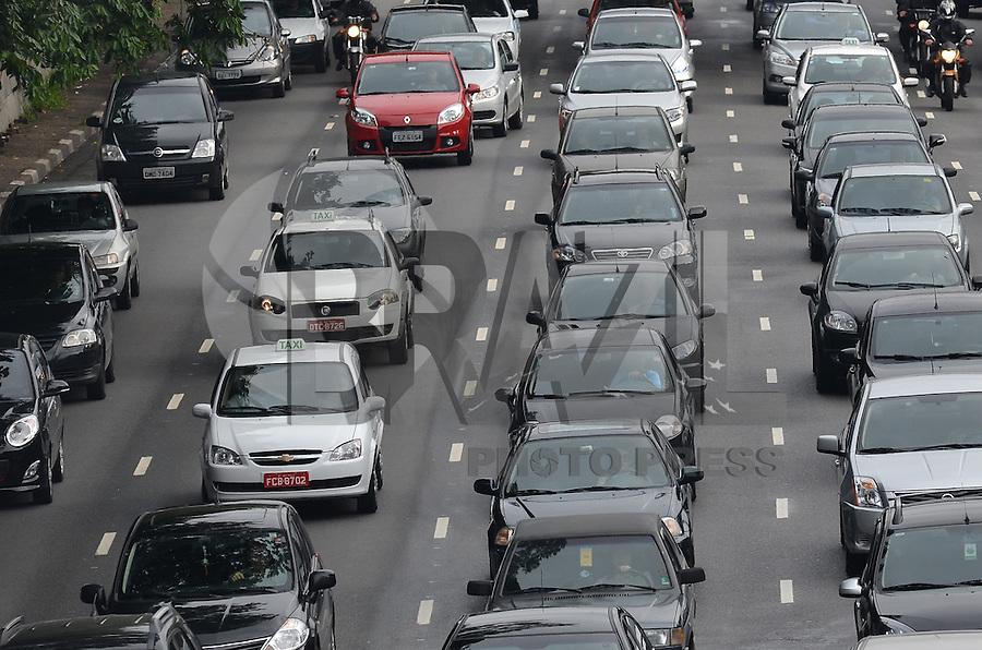 SAO PAULO, 04 DE FEVEREIRO DE 2013. - TRANSITO SP  - Transito intenso na avenida 23 de Maio, sentido bairro, na manha desta segunda feira, 04, regiao central da capital.  (FOTO: ALEXANDRE MOREIRA / BRAZIL PHOTO PRESS).