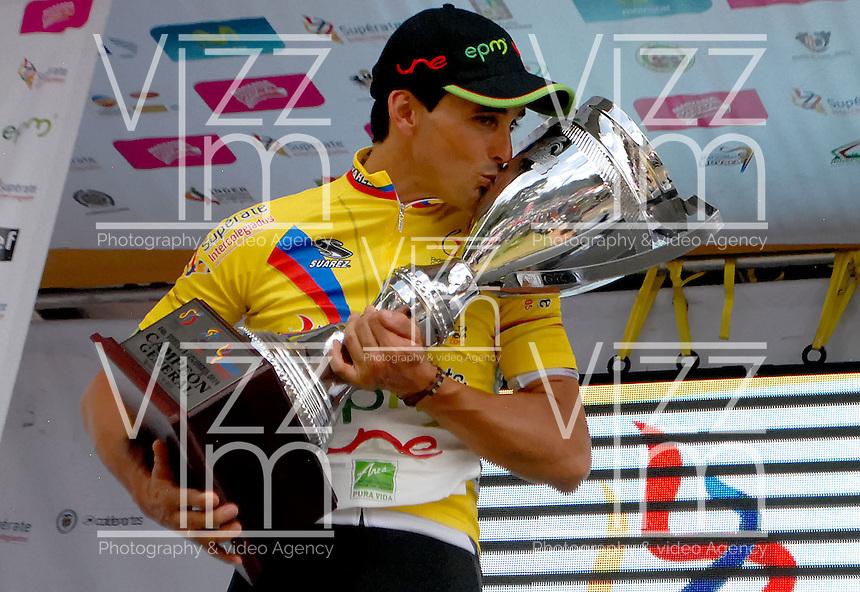 COLOMBIA. 17-08-2014. Oscar Sevilla Campeón de la Vuelta a Colombia 2014 en bicicleta que se cumple entre el 6 y el 17 de agosto de 2014. / Oscar Sevilla Champion of the Tour of Colombia 2014 in bike holds between 6 and 17 of August 2014. Photo:  VizzorImage/ José Miguel Palencia / Str