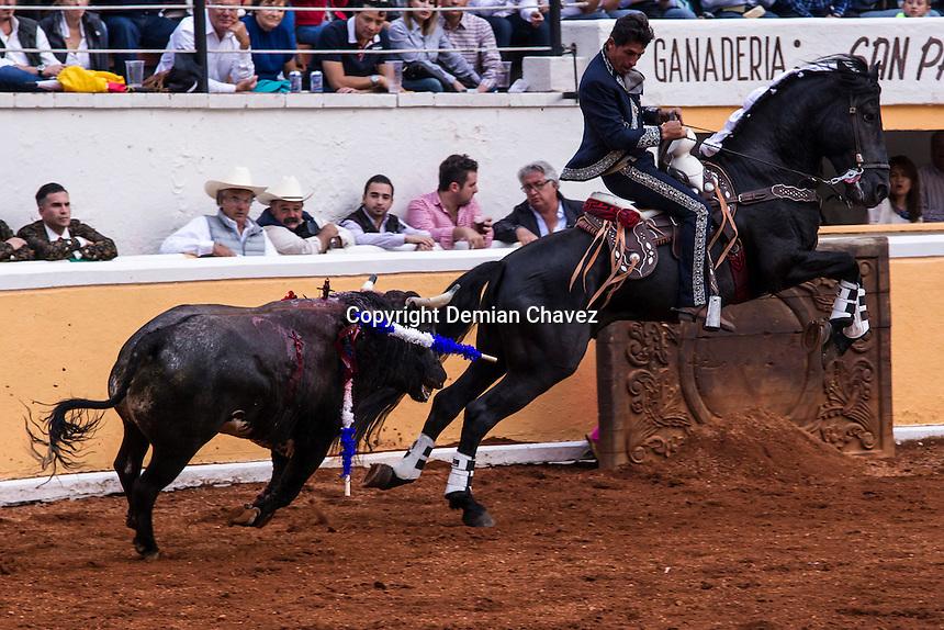 Quer&eacute;taro, Qro. 27 de agosto de 2016.- Aspetos de la Tradicional Corrida de Rejones dentro del Festival del Caballo Lusiyano.<br /> En esta memorable corrida el rejoneador Rodrigo Santos se despidi&oacute; de la plaza, como parte de su gira del adi&oacute;s. Con Santos adem&aacute;s, alternaron Horacio Casas y Luis Pimentel. <br /> <br /> Esta tarde adem&aacute;s hubo un duelo de forcados de M&eacute;xico, Quer&eacute;taro, Mazatl&aacute;n y Juriquilla. <br /> <br /> Un toro fue adem&aacute;s lidiado por los Recortadores Espa&ntilde;oles que por primera vez pisaban suelo mexicano. <br /> <br /> Foto: Demian Ch&aacute;vez