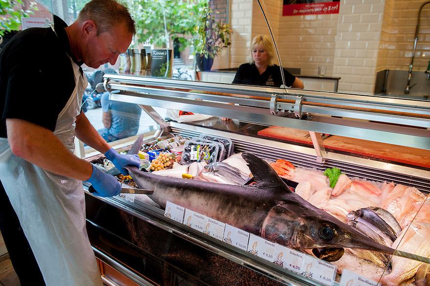 Netherlands, Amsterdam, 14 sept 2014<br /> Viswinkel Centrale Vishandel op de Beethovenstraat heeft een hele zwaardvis in de vitrine liggen. Nu wordt er een moot afgesneden. De vis was net die ochtend van de afslag gekomen<br />  Foto: (c) Michiel Wijnbergh
