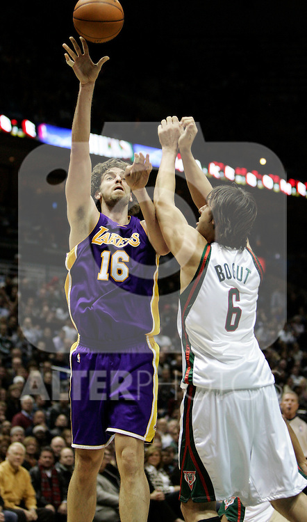 BRADLEY CENTER MILWAUKEE USA 16.12.2009.MECZ LIGI NBA MILWAUKEE BUCKS - LOS ANGELES LAKERS 106:107. LAKERS WYGRALI DZIEKI RZUTOWI BRYANTA W OSTATNIEJ SEKUNDZIE MECZU.N Z PAU GASOL LOS ANGELES LAKERS.KAMIL KRZACZYNSKI / NEWSPIX.PL..PAU GASOL LOS ANGELES LAKERS AGAINST MILWAUKEE BUCKS..