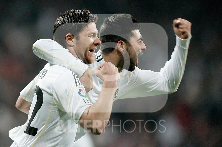 Real Madrid's Xabi Alonso celebrates with Raul Albiol during La Liga match. March 28, 2010. (ALTERPHOTOS/Alvaro Hernandez)