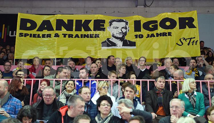 Basketball  1. Bundesliga  2015/2016   Hauptrunde 16. Spieltag  30.12.2015 Walter Tigers Tuebingen -  FC Bayern Muenchen Tigers Fans bedanken sich mit einem Plakat bei Ex-Trainer Igor Perovic; Danke Igor fuer 10 Jahre.