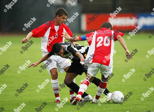 2009-07-21 / voetbal / seizoen 2009-2010 / Berchem Sport - R. Antwerp FC / Said El Harchi (Berchem) loopt zich vast tussen Jelicic en Mathias Trenson (r)..Foto: Maarten Straetemans (SMB)