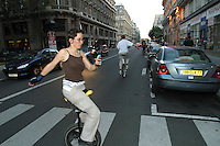 Giovani in monociclo a Parigi , jeunes en monocycle parcourent paris, young people in Pais with a unicycle