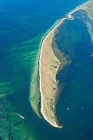 """Halbinsel  Wustrow:EUROPA, DEUTSCHLAND, MECKLENBURG- VORPOMMERN 29.06.2005 Halbinsel Wustrow Suedteil. Naturschutzgebiet Gemäß Landesverordnung vom 13. Januar 1997 umfasst das Schutzgebiet den größten Teil (etwa zwei Drittel, ca. 670 ha) der Halbinsel Wustrow, einen Teil des Salzhaffs  (300 ha) bis zur Wassertiefe von 2,5 m, die Wasserfläche der Kroy  (300 ha), sowie Flachwasserbereiche der Ostsee bis zur 5 m-Wasserlinie ( links 590 ha). Es beginnt 4 km südwestlich des Ostseebades Rerik und liegt im Nordosten des Europäischen Vogelschutzgebietes """"Küstenlandschaft Wismar-Bucht"""" mit dem Naturschutzgebiet Insel Langenwerder. Die Gesamtgröße des NSG beträgt 1940 ha.  .Die Halbinsel Wustrow blieb durch die militärische Nutzung von anderen, heute raumgreifend vorhandenen Landschaftsveränderungen wie Eutrophierung, Küstenverbau und intensiver touristischer Nutzung verschont. Hervorzuheben ist die nahezu vollständig erhalten gebliebene ungestörte Küstendynamik im Übergangsbereich zwischen Ostsee, Festland und Haff.  Blickrichtung von  Sued nach Nord. Ostsee, Meer, Wasser.Luftaufnahme, Luftbild,  Luftansicht."""