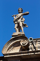 Espagne, Navarre, Pampelune, l'Hôtel de ville , Sur la toiture, deux Hercules contemplent la place, massue sur l'épaule  // Spain, Navarra, Pamplona, Town Hall , Two figures of Hercules with clubs over their shoulders overlook the square from the roof