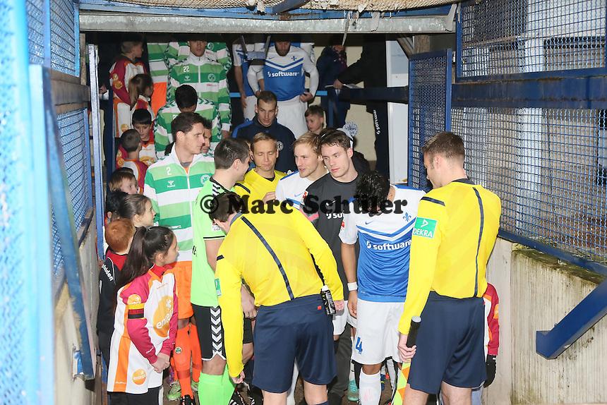 Einlaufkinder der TSG Worfelden und des SV Sankt Stephan Griesheim (r.) mit den Spielern - SV Darmstadt 98 vs. SpVgg. Greuther Fuerth, Stadion am Boellenfalltor