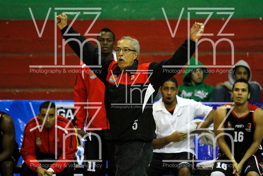 MANIZALES -COLOMBIA, 15-10-2013. Carlos Gil entrenador de Halcones durante el partido entre Manizales Once Caldas y Halcones de Cúcuta válido por la fecha 27 Liga DirecTV de Baloncesto 2013-II de Colombia jugado en el coliseo Jorge Arango de la ciudad de Manizales./ Carlos Gil coach of Halcones during the match between Manizales Once Caldas and Halcones de Cucuta valid for the 27th date of DirecTV Basketball League 2013-II in Colombia at Jorge Arango coliseum in Manizales. Photo:VizzorImage / Santiago Osorio / STR