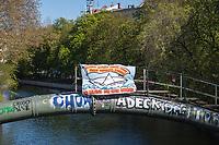 """Mit Transparenten, Plakaten und Flyern protestierten am Sonntag den 19. April 2020 in Berlin Menschen mit mehreren Flashmobs """"gegen das europaeische Grenzregime und die immer weiter zunehmenden Verbote der Meinungsaeusserung"""". Sie hielten dabei Schilder und Transparente, auf denen sie z.B. die Aufnahme der Fluechtlinge in den griechischen Fluechtlingslagern wie Moria forderten oder den Kapitalismus als Ursache fuer die Corona-Krise nannten.<br /> Im Bild: Ueber dem Landwehrkanal in Berlin Kreuzberg haengt ein Transparent mit der englischen Aufschrift """"Evakuiert die Fluechtlingslager jetzt! Bekaempft die Festung Europa! Befreit Moria - Bekaempft Faschismus #LeaveNoOneBehind"""".<br /> 19.4.2020, Berlin<br /> Copyright: Christian-Ditsch.de<br /> [NUR FUER REDAKTIONELLE ZWECKE! Werbung nur auf Anfrage beim Fotografen. Inhaltsveraendernde Manipulation des Fotos nur nach ausdruecklicher Genehmigung des Fotografen. Vereinbarungen ueber Abtretung von Persoenlichkeitsrechten/Model Release der abgebildeten Person/Personen liegen nicht vor. NO MODEL RELEASE! Don't publish without copyright Christian-Ditsch.de, Veroeffentlichung nur mit Fotografennennung, sowie gegen Honorar, MwSt. und Beleg. Konto: I N G - D i B a, IBAN DE58500105175400192269, BIC INGDDEFFXXX, Kontakt: post@christian-ditsch.de<br /> Bei der Bearbeitung der Dateiinformationen darf die Urheberkennzeichnung in den EXIF- und  IPTC-Daten nicht entfernt werden, diese sind in digitalen Medien nach §95c UrhG rechtlich geschuetzt. Der Urhebervermerk wird gemaess §13 UrhG verlangt.]"""