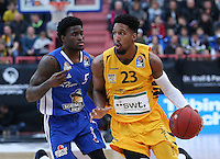 Basketball  1. Bundesliga  2016/2017  Hauptrunde  17. Spieltag  30.12.2016 Walter Tigers Tuebingen - FRAPORT SKYLINERS Frankfurt Eric McClellan (re, Tigers) gegen Albert Jay English (re, Frankfurt)