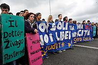 Autostrada Roma L'Aquila.Studenti in corteo contro la riforma Gelmini..students in march against the reform Gelmini