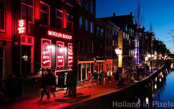 Nederland Amsterdam 2019. Red Light District. Oudezijds Achterburgwal. De Wallen. Links Moulin Rouge. . Foto Berlinda van Dam / Hollandse Hoogte