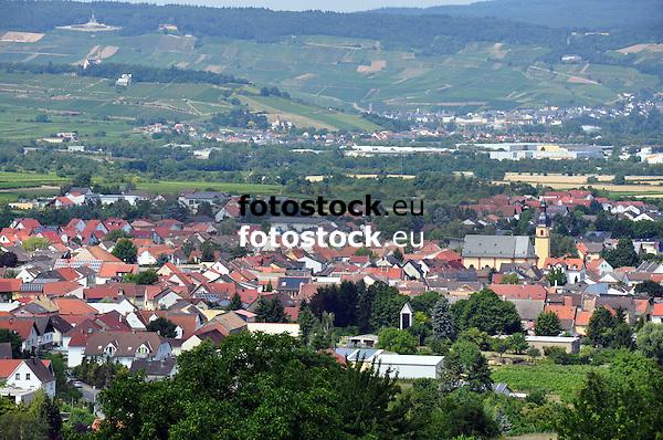"""Blick auf Ockenheim, den Rochusberg mit Rochuskapelle und im Hintergrund den Rheingau mit dem Niederwalddenkmal """"Germania"""""""