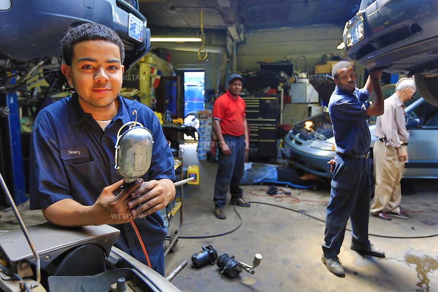 Etats-Unis, Rhode Island, Providence, 1 juin 2012..Portrait d'un stagiaire en formation, effectuant des reparations moteurs et ayant la charge de former l'equipe a ces manipulations, chez A&P Auto...A Providence, le « MET » (Metropolitan Regional Career and Technical Center) permet a des etudiants en reinsertion, de developper competences scolaires et professionnelles. En immersion dans des entreprises du reseau Big Picture Learning une partie de la semaine, ils developpent centres d'interet et passions en petits effectifs, le reste du temps...United States, Rhode Island, Providence, June 1st, 2012..Portrait of a vocational trainee doing car repairs and being in charge to form the team to these manipulations,  for A & P Auto...In Providence, the Metropolitan Regional Career and Technical Center (MET) allows students who couldn't enter the American mainstream education system to develop academic and professional skills. Immersed part of the week in a workplace, as part of the Big Picture Learning program, they spend the rest of the time in smaller groups where they have a chance to identify interests and passions..