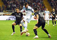 Sergej Milinkovic-Savic (Lazio Rom) gegen Filip Kostic (Eintracht Frankfurt) und Mijat Gacinovic (Eintracht Frankfurt) - 04.10.2018: Eintracht Frankfurt vs. Lazio Rom, UEFA Europa League 2. Spieltag, Commerzbank Arena, DISCLAIMER: DFL regulations prohibit any use of photographs as image sequences and/or quasi-video.