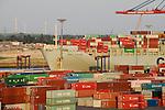 GERMANY Hamburg, Repower wind turbine in Georgswerder and container terminal  / DEUTSCHLAND Hamburg, Repower Windkraftanlage auf dem Muellberg Georgswerder und Container Terminal Tollerort