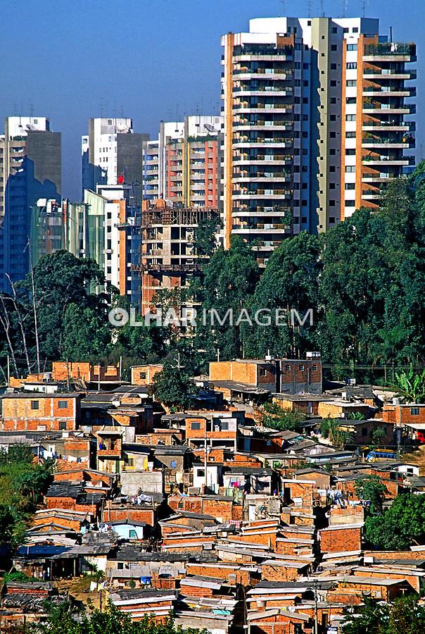 Favela do Morumbi e prédios de luxo. São Paulo. 1996. Foto de Juca Martins.