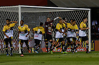 SÃO PAULO, SP, 05 DE SETEMBRO DE 2013 - CAMPEONATO BRASILEIRO - SÃO PAULO x CRICÚMA: Jogadores do Criciuma comemoram penalti perdido por Rogério Ceni durante partida São Paulo x Criciúma, válida pela 18ª rodada do Campeonato Brasileiro de 2013, disputada no estádio do Morumbi em São Paulo. FOTO: LEVI BIANCO - BRAZIL PHOTO PRESS.
