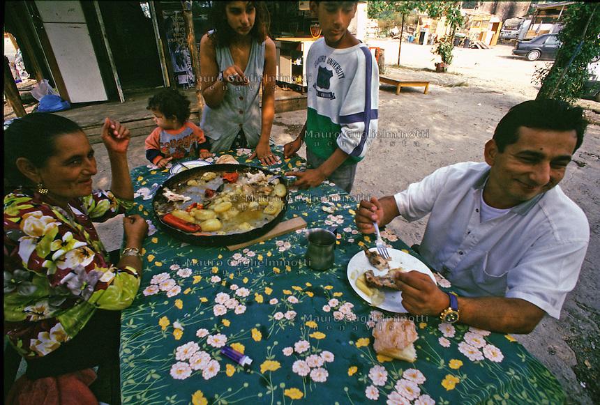 ITALIA Torino  Campo nomadi Rom  (Campo dell'Arrivore, 2001) pranzo