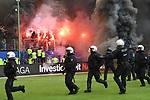 12.05.2018,  GER; 1.FBL Hamburger SV vs Borussia Moenchengladbach, im Bild die Ultras des HSV zuenden Pyrotechnik und die Polizei marschiert auf Foto © nordphoto / Witke