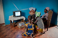 MALI, solar-powered TV set with car battery in village Tiele / MALI, durch Solarstrom geladene Autobatterie fuer Fernsehen, Licht im Dorf Tiele , Projekt Elcom durch BMZ finaziert und GIZ implementiert