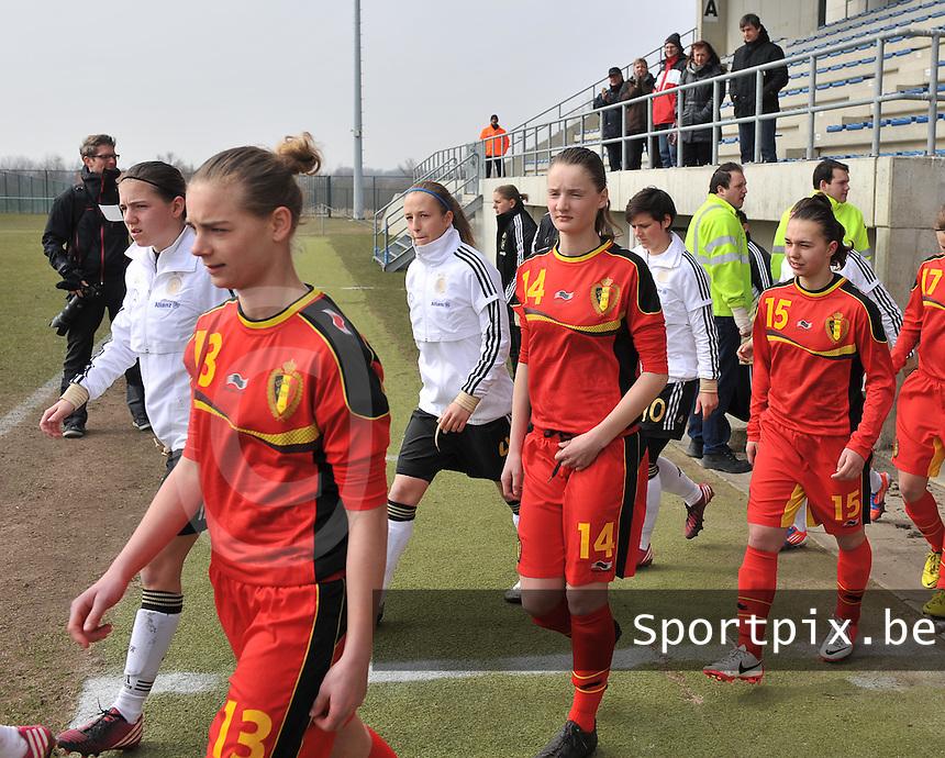 Belgie U17 - Duitsland U17 : Margaux Van Ackere , Bieke Vandenbussche en .Jody Vangheluwe.foto DAVID CATRY / Vrouwenteam.be
