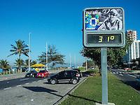 Rio de Janeiro (RJ) 27.07.2012. Clima / Tempreratura - É visto nesta quinta feira dia (27.07),na Avenida Lucio Costa na Barra da Tijuca,Zona Oeste do Rio de Janeiro. Um termômetro marcando 31 Graus nesta manha. Foto: Arion Marinho/Brazil Photo Press