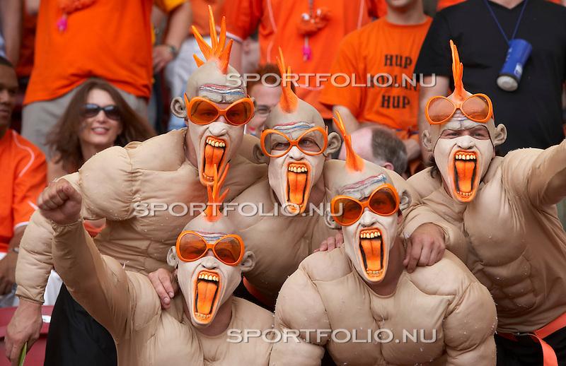 Duitsland, Stuttgart, 16 juni 2006. .WK voetbal 2006 .Groep C .Nederland-Ivoorkust (2-1).  .Supporters van Nederland met maskers, oranje tongen en oranje brillen.