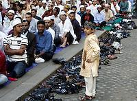 Musulmani prendono parte alla preghiera dell'Eid-al-Fitr per celebrare la fine del Ramadan, in piazza Vittorio, Roma, 10 settembre 2010..A child stands past Muslims taking part in the Eid-al-Fitr prayer which marks the fasting month of Ramadan, in Rome, 10 september 2010. .UPDATE IMAGES PRESS/Riccardo De Luca